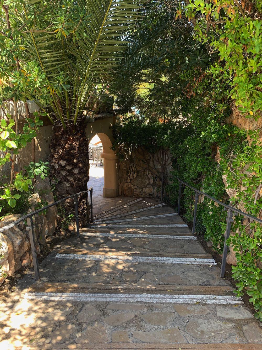 Entrance-to-Amphitheatre-camping-Bara